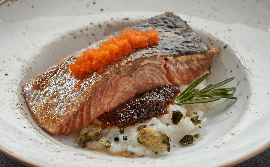 Salmón en crema de arroz, falso caviar de soja, alga nori frita y  huevas de pez volador_Montes de Galicia (1)