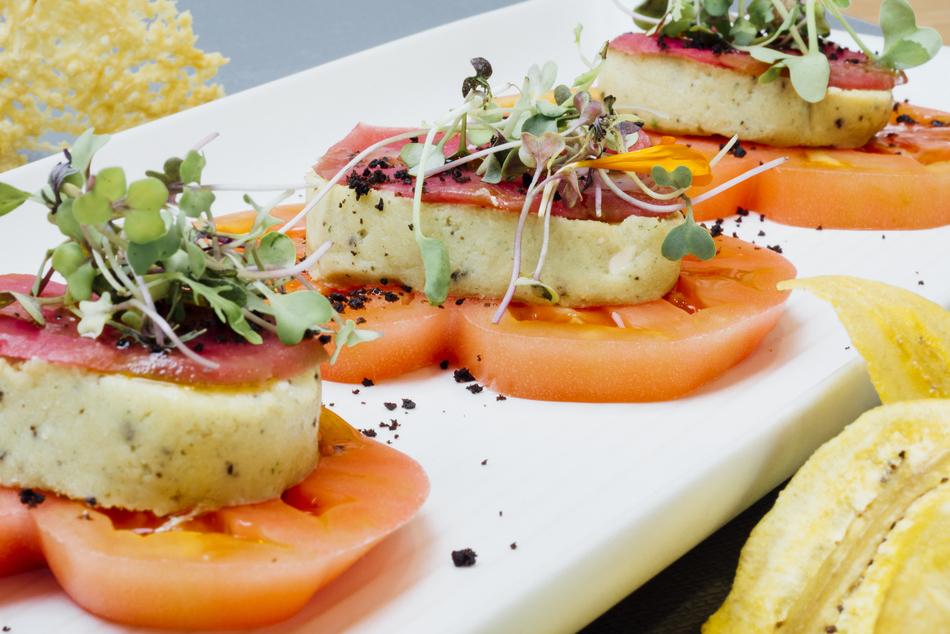 1-Ensalada Caprese con tomate ecológico, berenjena encurtida, y queso de anacardos, albahaca y oliva negra_ Copenhagen Madrid