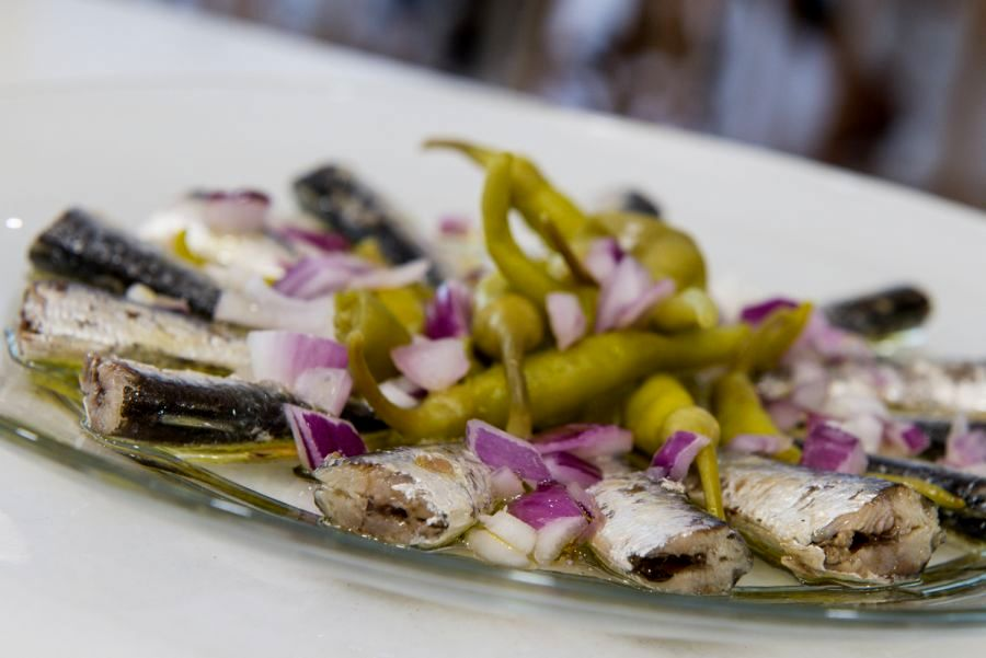 4-Nudista. Sardinillas con cebolla y piparras