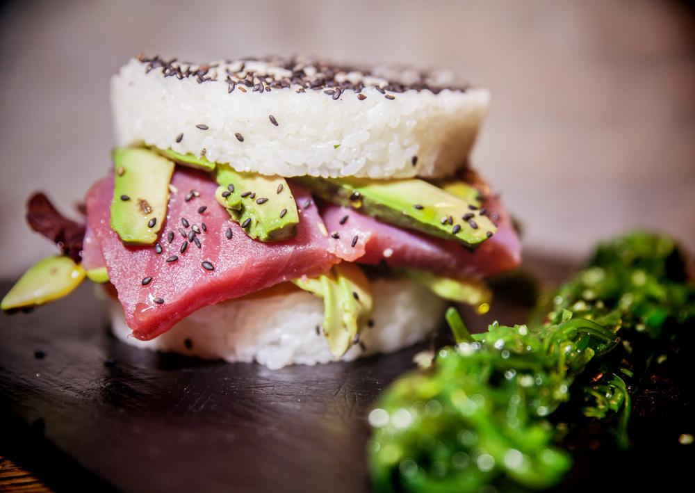 4-Hamburguesa de sushi con sashimi de atún rojo, aguacate, cebolla crujiente, mayonesa japonesa y brotes tiernos - Amargo place to be