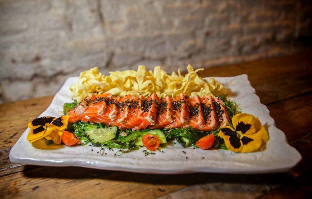 5-Tataki de salmón con ensalada wakame, lágrimas de lima y wanton crujiente - Amargo place to be