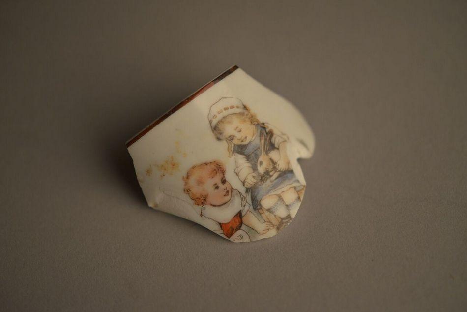 1-Fragmento de porcelana de taza infantil. Colección del Museo Estatal de Auschwitz-Birkenau -  Foto por Pawel Sawicki © Auschwitz-Birkenau State Museum - Musealia._preview