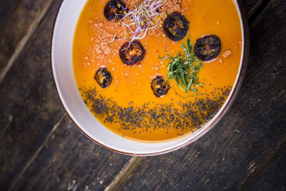 1-Hot Soup Toscana, sopa de tomate, albahaca, cebolla, pimiento rojo, zanahoria, brotes, laurel, AOVE, tomillo y pimienta negra molida, Happy Green