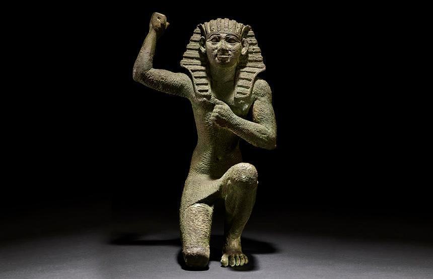 Faraon-figure-of-a-king-kneeling-carrusel-ca