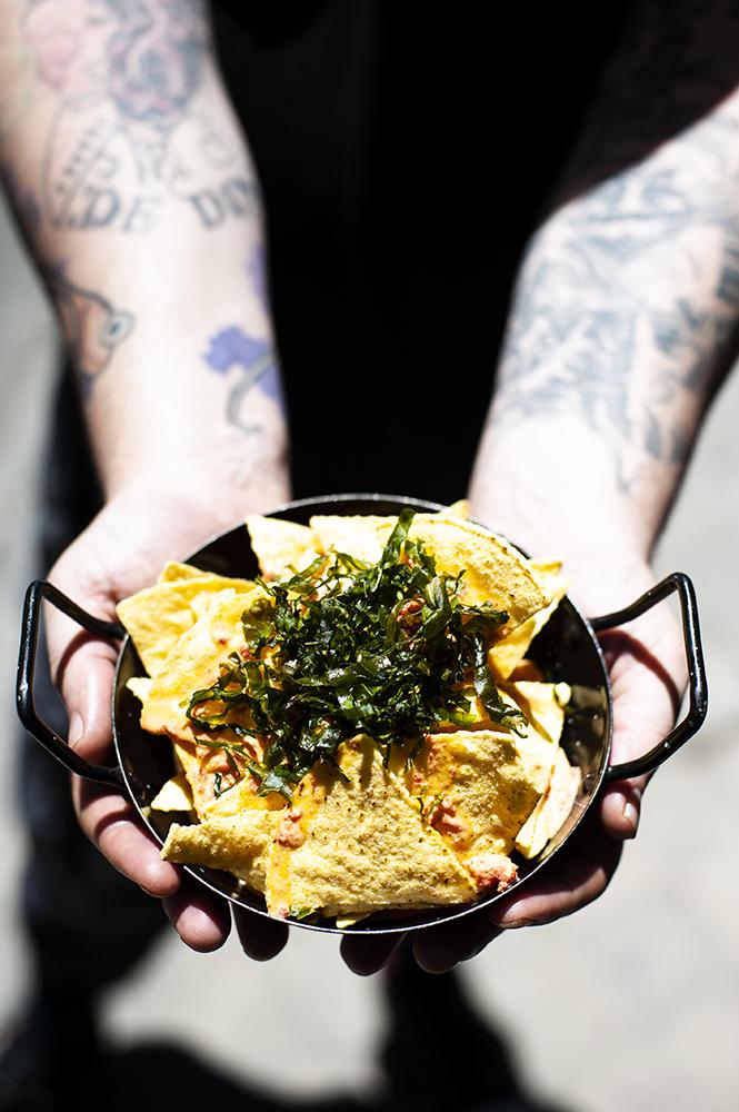 Nachos a la asturiana; salsa de picadillo, la peral y sidra con berza frita GASTROCHIGRE