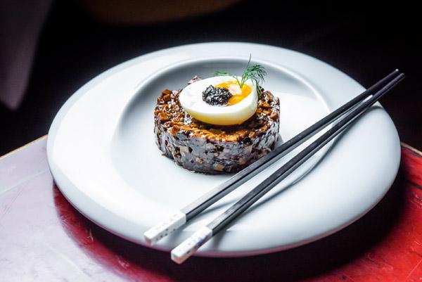 Tartar de shiitake con tofu ahumado y huevo, Hutong