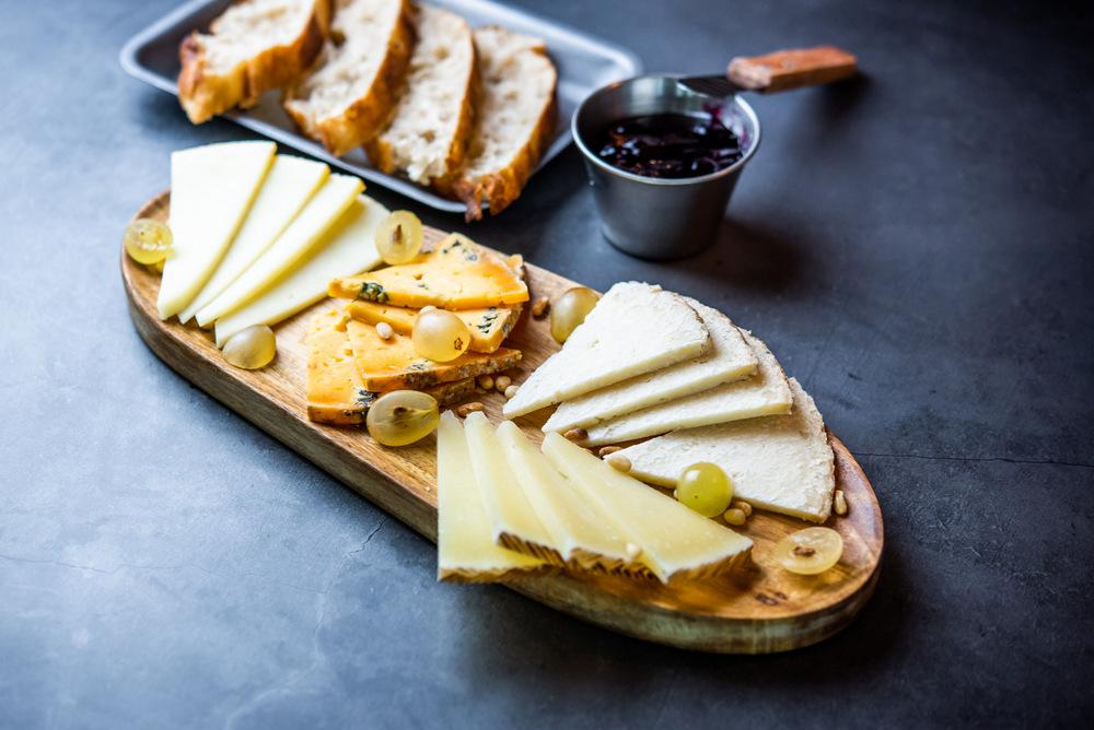 1-Tabla de quesos Idiazabal Endara ahumado, Pría tres leche picante asturiano, Payoyo al pimentón de la Sierra de Cádiz, Tobar del Oso manchego curado - D Origen